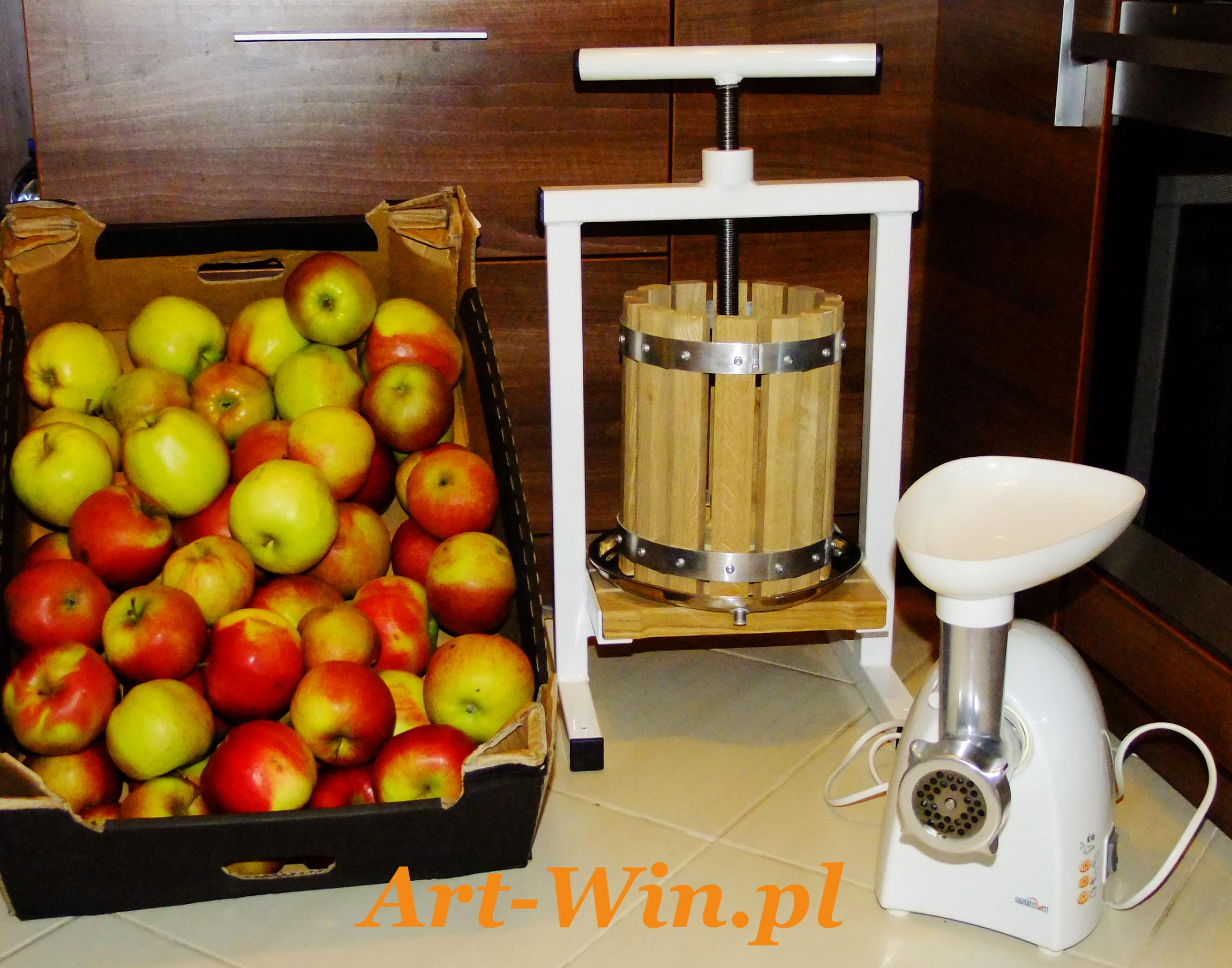 Wszystko co potrzebne do wyciskanie zdrowego soku z jabłek. 1. Prasa ramowa firmy ART WIN 2. Maszynka do mielenia 3. Jabłka